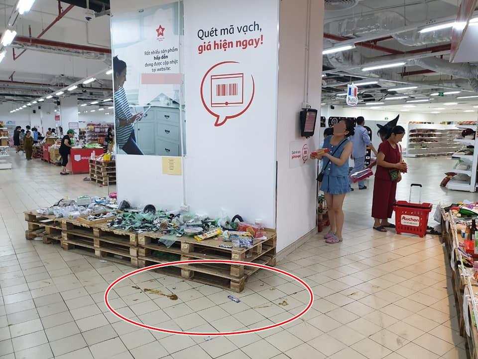 Sốc: Hết bày bừa, ăn vụng đồ khắp siêu thị Auchan, phụ huynh vô ý thức còn cho con ị ra sàn-1