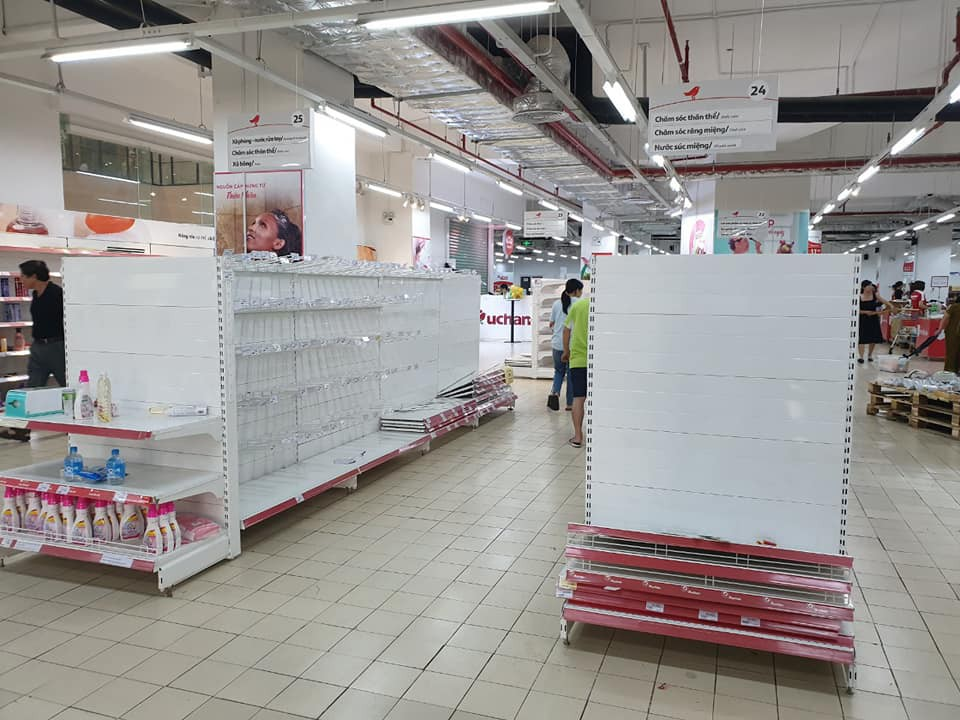 Sốc: Hết bày bừa, ăn vụng đồ khắp siêu thị Auchan, phụ huynh vô ý thức còn cho con ị ra sàn-2