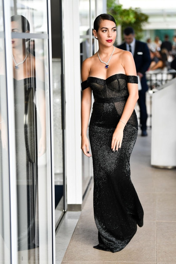 Chẳng cần hở bạo như Ngọc Trinh, bạn gái Ronaldo vẫn khiến fan ná thở vì quá xinh đẹp, nóng bỏng và thần thái ngút ngàn khi xuất hiện ở Cannes-2