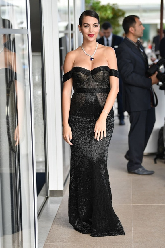 Chẳng cần hở bạo như Ngọc Trinh, bạn gái Ronaldo vẫn khiến fan ná thở vì quá xinh đẹp, nóng bỏng và thần thái ngút ngàn khi xuất hiện ở Cannes-3