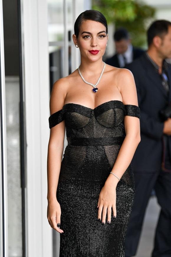 Chẳng cần hở bạo như Ngọc Trinh, bạn gái Ronaldo vẫn khiến fan ná thở vì quá xinh đẹp, nóng bỏng và thần thái ngút ngàn khi xuất hiện ở Cannes-4