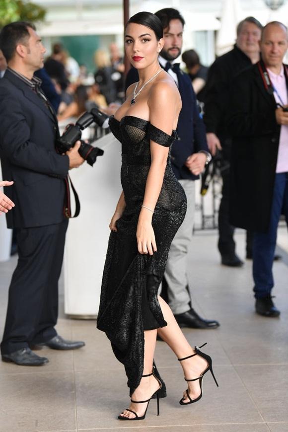 Chẳng cần hở bạo như Ngọc Trinh, bạn gái Ronaldo vẫn khiến fan ná thở vì quá xinh đẹp, nóng bỏng và thần thái ngút ngàn khi xuất hiện ở Cannes-5