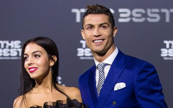 Chẳng cần hở bạo như Ngọc Trinh, bạn gái Ronaldo vẫn khiến fan ná thở vì quá xinh đẹp, nóng bỏng và thần thái ngút ngàn khi xuất hiện ở Cannes-6