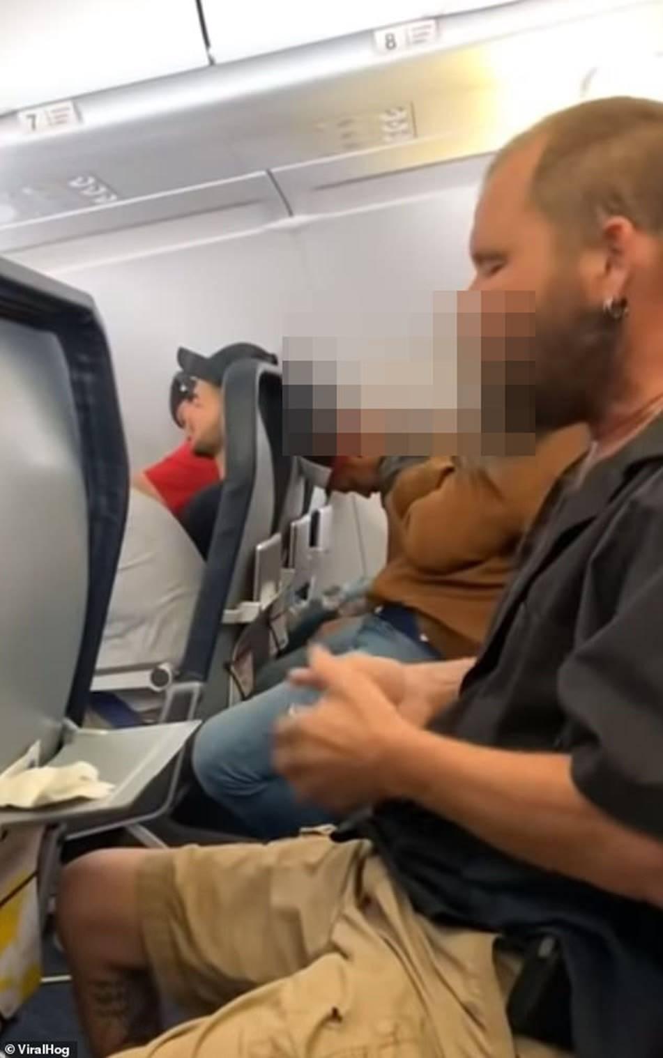 Người đàn ông liên tục làm ồn trên máy bay nhưng hành động bất chấp tất cả quy định này mới khiến mọi người phẫn nộ-1