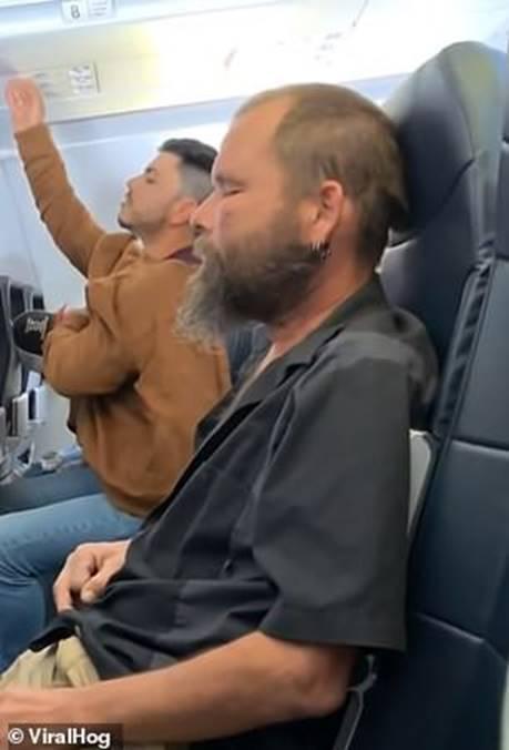 Người đàn ông liên tục làm ồn trên máy bay nhưng hành động bất chấp tất cả quy định này mới khiến mọi người phẫn nộ-2