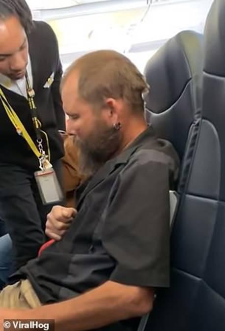 Người đàn ông liên tục làm ồn trên máy bay nhưng hành động bất chấp tất cả quy định này mới khiến mọi người phẫn nộ-3