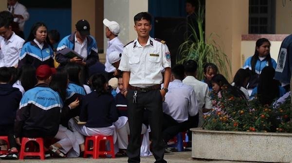 Ra chụp ảnh với học sinh cho vui, bác bảo vệ bỗng chiếm spotlight vì quá đẹp trai và manly-1