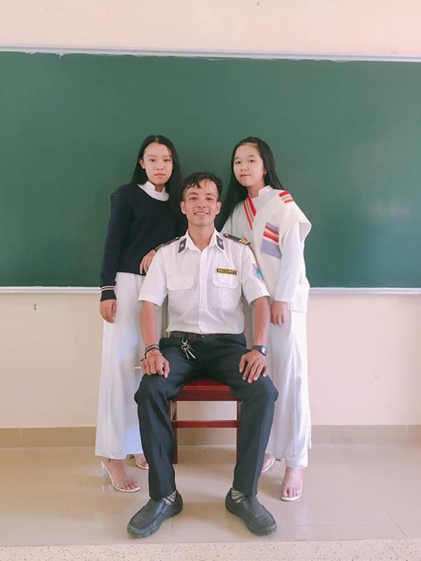 Ra chụp ảnh với học sinh cho vui, bác bảo vệ bỗng chiếm spotlight vì quá đẹp trai và manly-16
