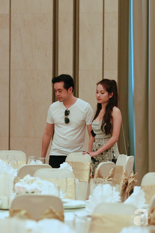 Dương Khắc Linh cùng vợ sắp cưới khoác vai, công khai ôm hôn tình tứ trước ngày lên xe hoa-6