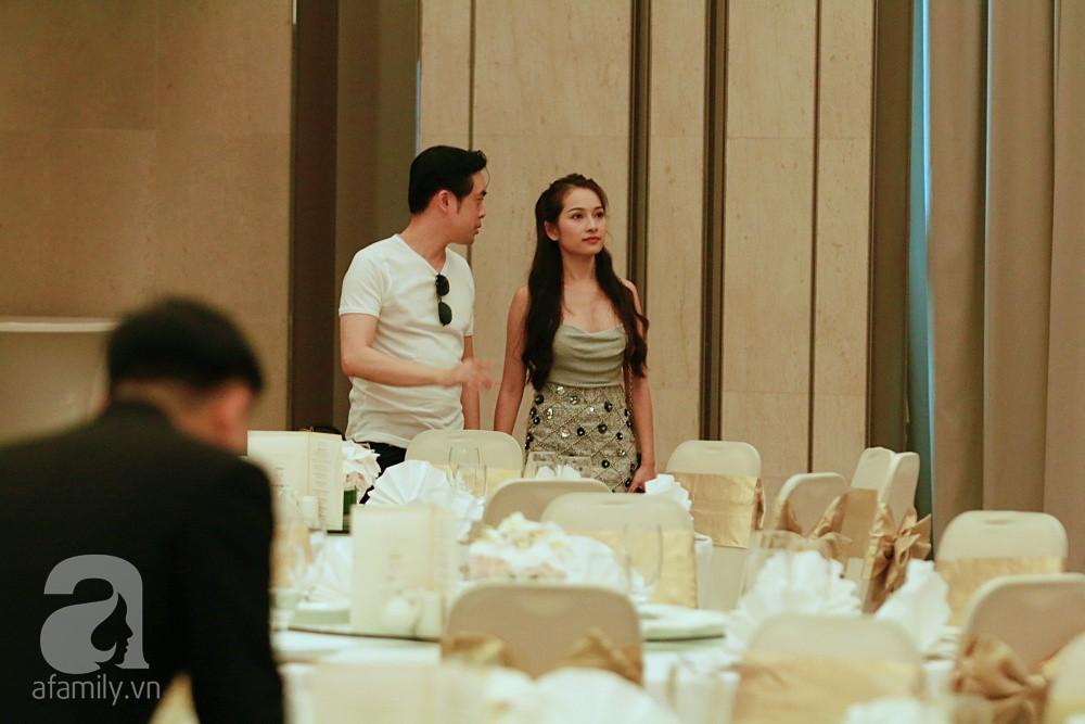 Dương Khắc Linh cùng vợ sắp cưới khoác vai, công khai ôm hôn tình tứ trước ngày lên xe hoa-8