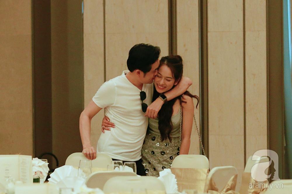 Dương Khắc Linh cùng vợ sắp cưới khoác vai, công khai ôm hôn tình tứ trước ngày lên xe hoa-9
