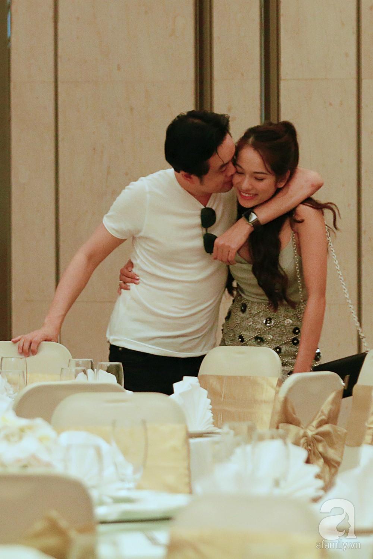 Dương Khắc Linh cùng vợ sắp cưới khoác vai, công khai ôm hôn tình tứ trước ngày lên xe hoa-10
