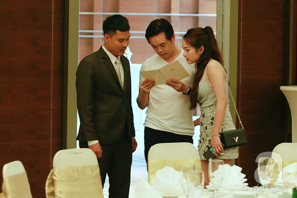 Dương Khắc Linh cùng vợ sắp cưới khoác vai, công khai ôm hôn tình tứ trước ngày lên xe hoa-12