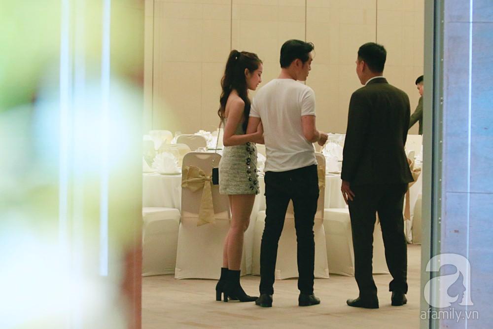 Dương Khắc Linh cùng vợ sắp cưới khoác vai, công khai ôm hôn tình tứ trước ngày lên xe hoa-7
