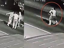 Clip: Nam thanh niên cởi trần bế bạn gái ra đường chờ ô tô tông để cùng chết gây phẫn nộ