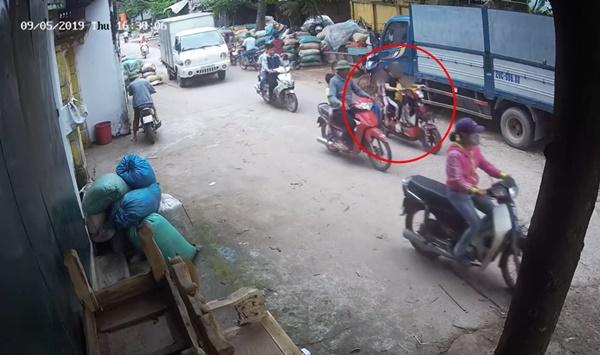 Clip hy hữu: Xe đạp điện chở 2 em nhỏ bị xe tải cuốn vào gầm, cô gái tử vong, phút cuối nhìn 2 em bé chui ra mới sốc-1