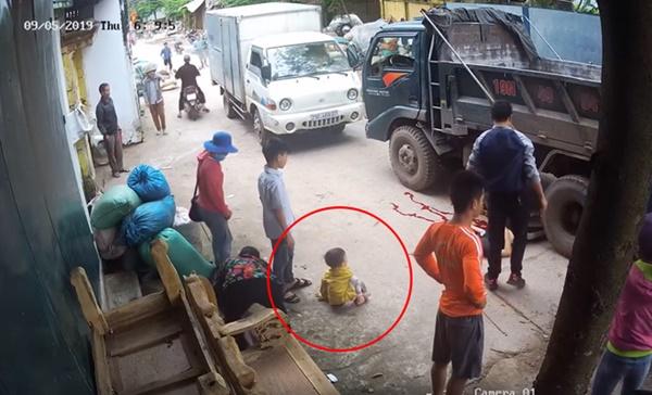 Clip hy hữu: Xe đạp điện chở 2 em nhỏ bị xe tải cuốn vào gầm, cô gái tử vong, phút cuối nhìn 2 em bé chui ra mới sốc-3