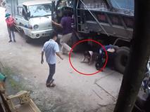 Clip hy hữu: Xe đạp điện chở 2 em nhỏ bị xe tải cuốn vào gầm, cô gái tử vong, phút cuối nhìn 2 em bé chui ra mới sốc