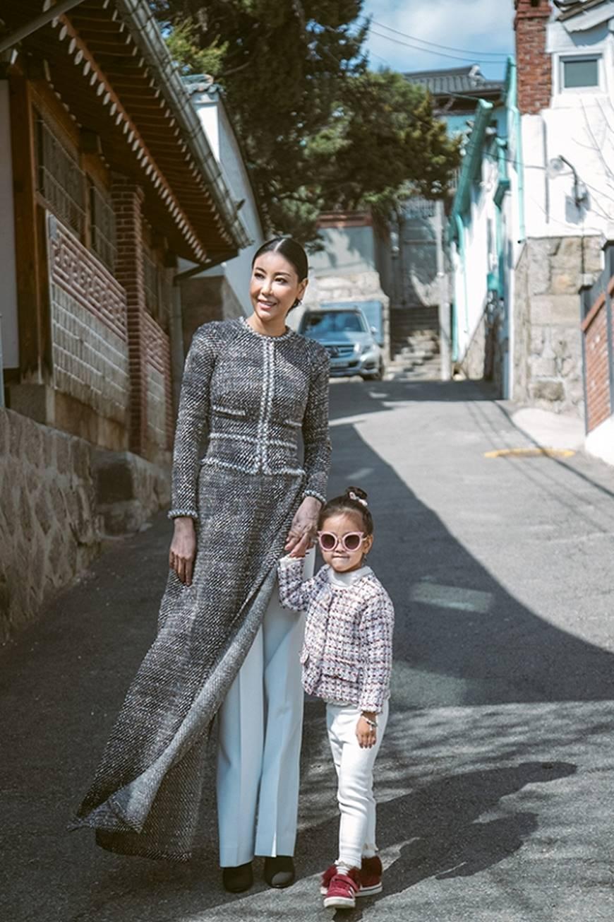Hoa hậu Hà Kiều Anh diện áo dài khoe dáng giữa phố cổ Hàn Quốc-2