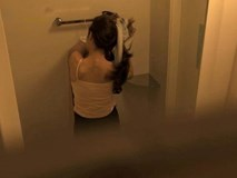 Tìm thấy lỗ nhỏ trong nhà tắm, cô gái phát hiện điều đáng sợ ông chủ nhà đã làm