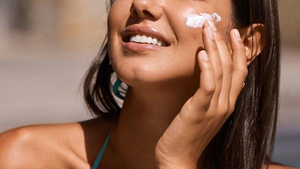 Chuyên gia cảnh báo hóa chất trong kem chống nắng có thể hấp thụ vào máu-2