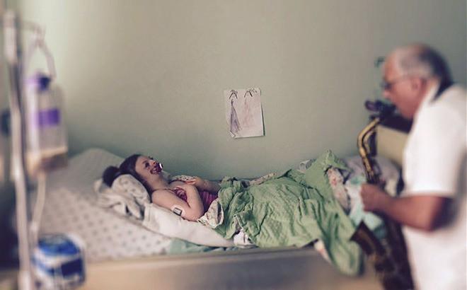 Bé gái từng bị miệt thị công khai vì diện mạo khiếm khuyết gây xúc động MXH, trút hơi thở cuối cùng ở tuổi lên 10-4