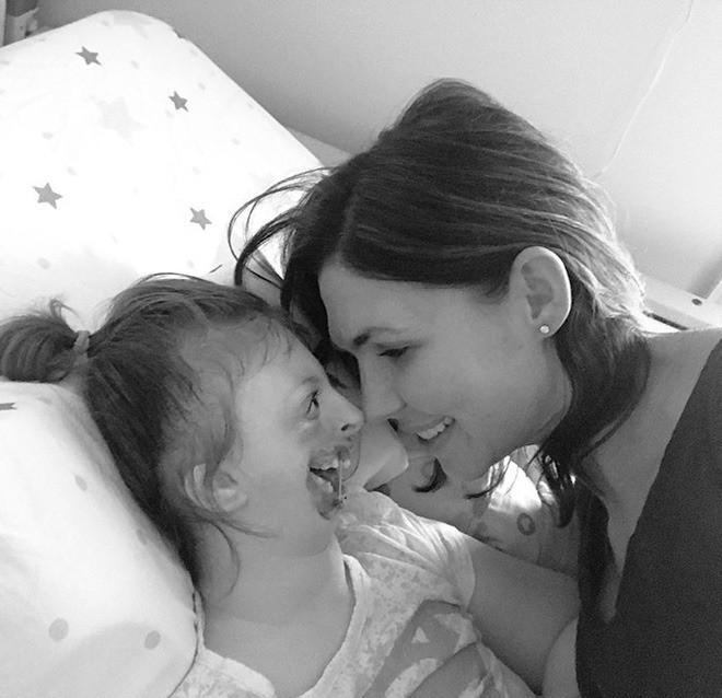 Bé gái từng bị miệt thị công khai vì diện mạo khiếm khuyết gây xúc động MXH, trút hơi thở cuối cùng ở tuổi lên 10-5
