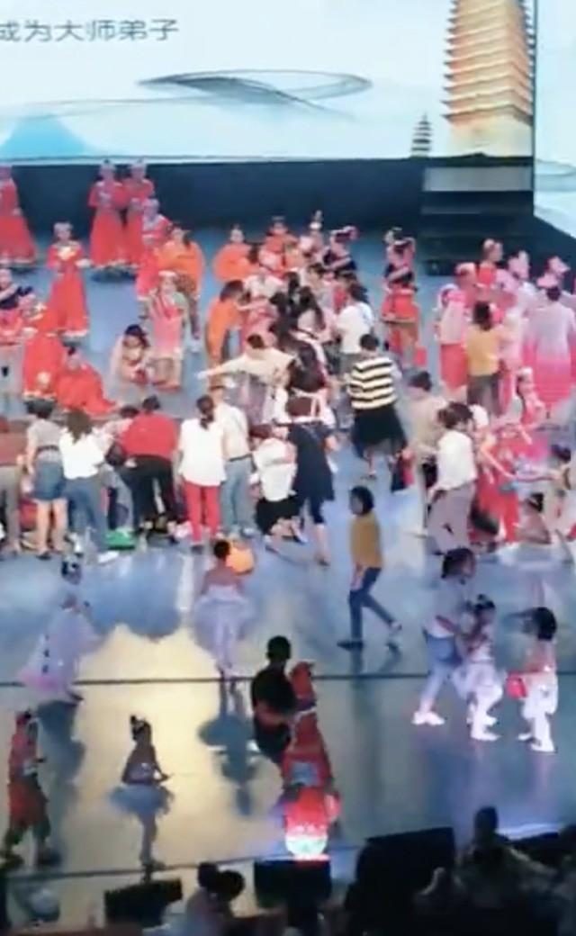 Đang biểu diễn tiết mục thiếu nhi thì sân khấu sập, 1 trẻ em tử vong và nhiều đứa trẻ khác bị thương nặng, phụ huynh đau lòng khôn xiết-2