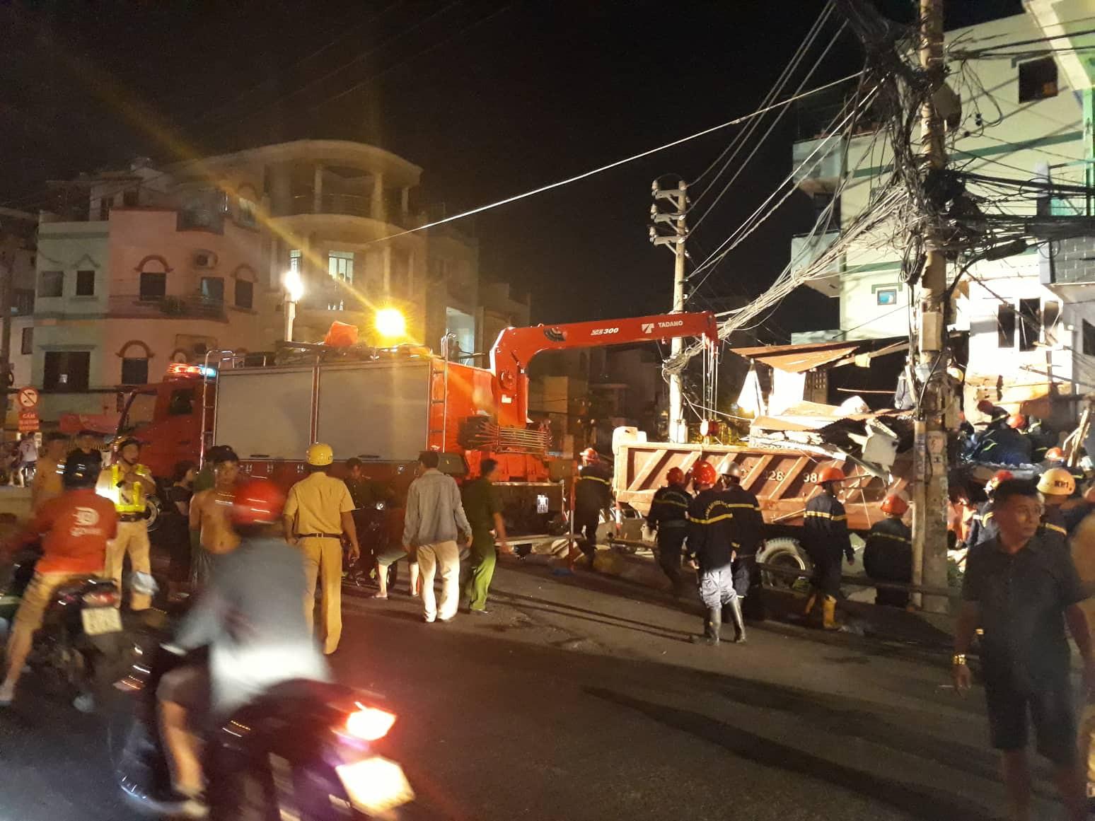 Xe tải mất lái lao từ trên cầu xuống tông thẳng vào nhà dân, ít nhất 3 người bị thương-1