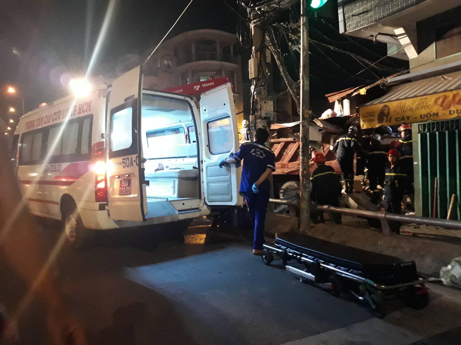 Xe tải mất lái lao từ trên cầu xuống tông thẳng vào nhà dân, ít nhất 3 người bị thương-2