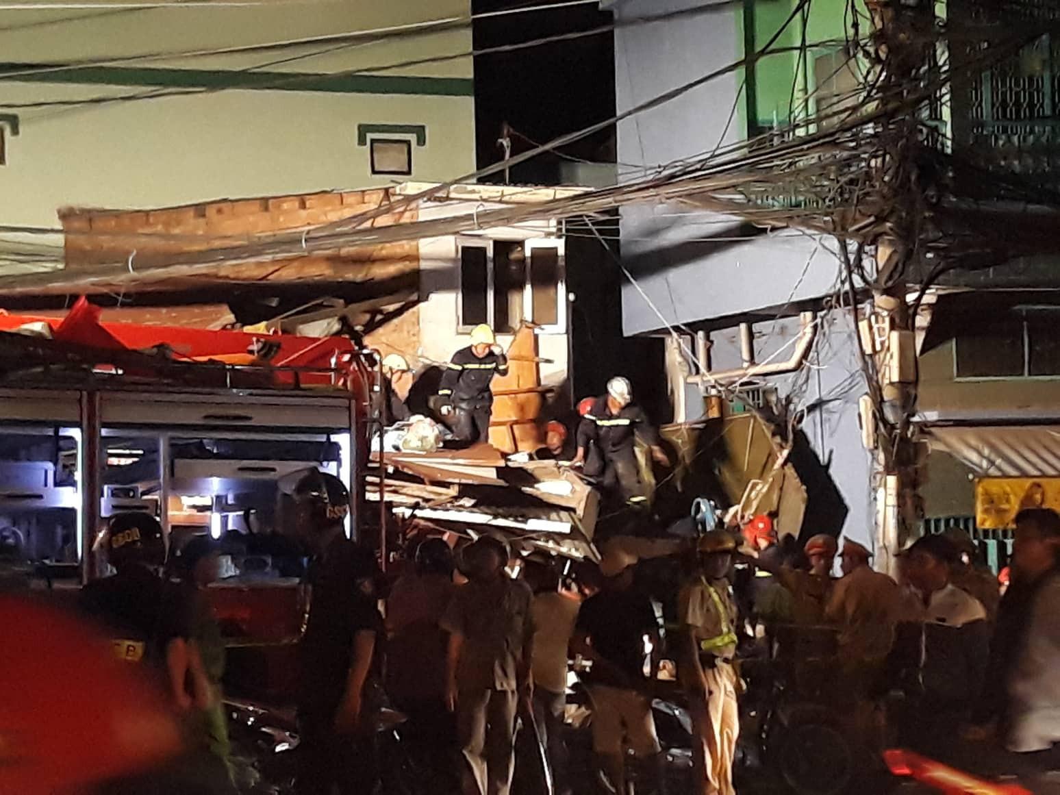 Xe tải mất lái lao từ trên cầu xuống tông thẳng vào nhà dân, ít nhất 3 người bị thương-3