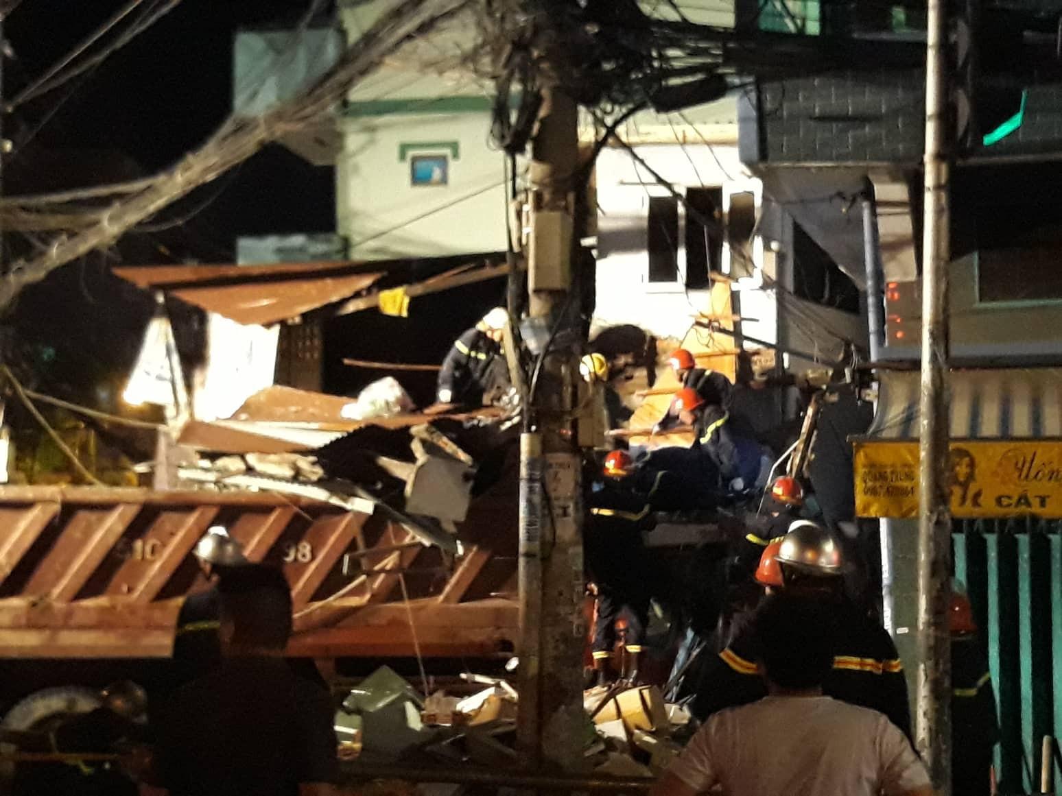 Xe tải mất lái lao từ trên cầu xuống tông thẳng vào nhà dân, ít nhất 3 người bị thương-4