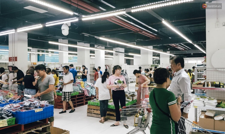 Siêu thị Auchan những ngày cuối cùng ở Việt Nam: Hàng hoá được gom lại một chỗ, không còn cảnh chen lấn-1