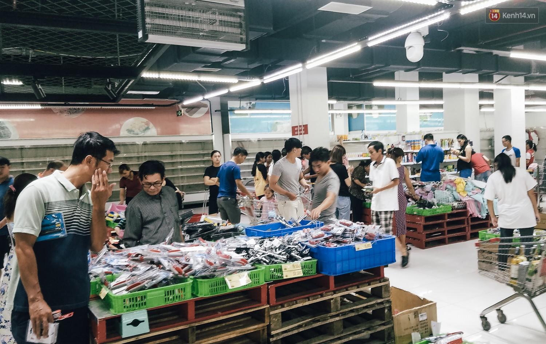 Siêu thị Auchan những ngày cuối cùng ở Việt Nam: Hàng hoá được gom lại một chỗ, không còn cảnh chen lấn-2
