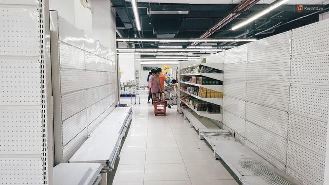Siêu thị Auchan những ngày cuối cùng ở Việt Nam: Hàng hoá được gom lại một chỗ, không còn cảnh chen lấn-10
