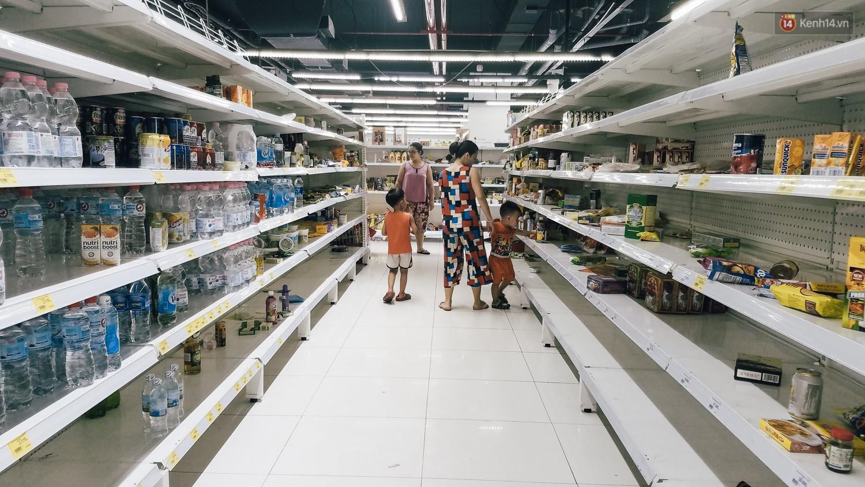 Siêu thị Auchan những ngày cuối cùng ở Việt Nam: Hàng hoá được gom lại một chỗ, không còn cảnh chen lấn-4