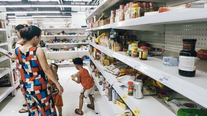 Siêu thị Auchan những ngày cuối cùng ở Việt Nam: Hàng hoá được gom lại một chỗ, không còn cảnh chen lấn-6