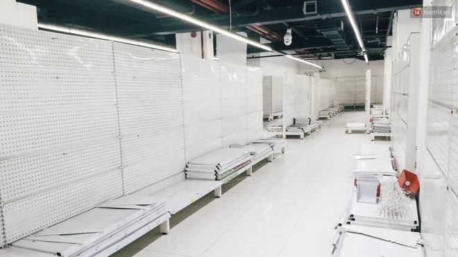 Siêu thị Auchan những ngày cuối cùng ở Việt Nam: Hàng hoá được gom lại một chỗ, không còn cảnh chen lấn-9