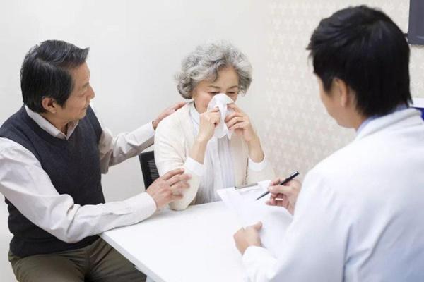 2 vợ chồng cùng mắc bệnh ung thư phổi: Lời cảnh tỉnh tới những người chồng đang bào mòn sức khỏe của người thân vì thói quen độc hại-2