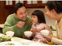 Thói quen mớm cơm cho con: Nguy cơ nhiễm khuẩn, ung thư dạ dày rình rập ngay trên miệng mà rất nhiều ông bố bà mẹ không lường được