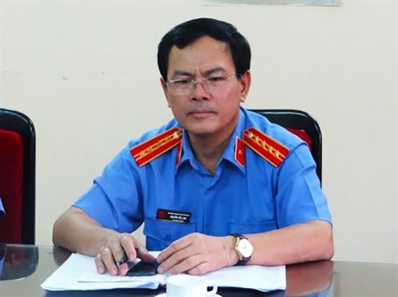 Ông Nguyễn Hữu Linh nguỵ trang kín mít khi đến tòa nhận quyết định triệu tập vụ dâm ô bé gái-2