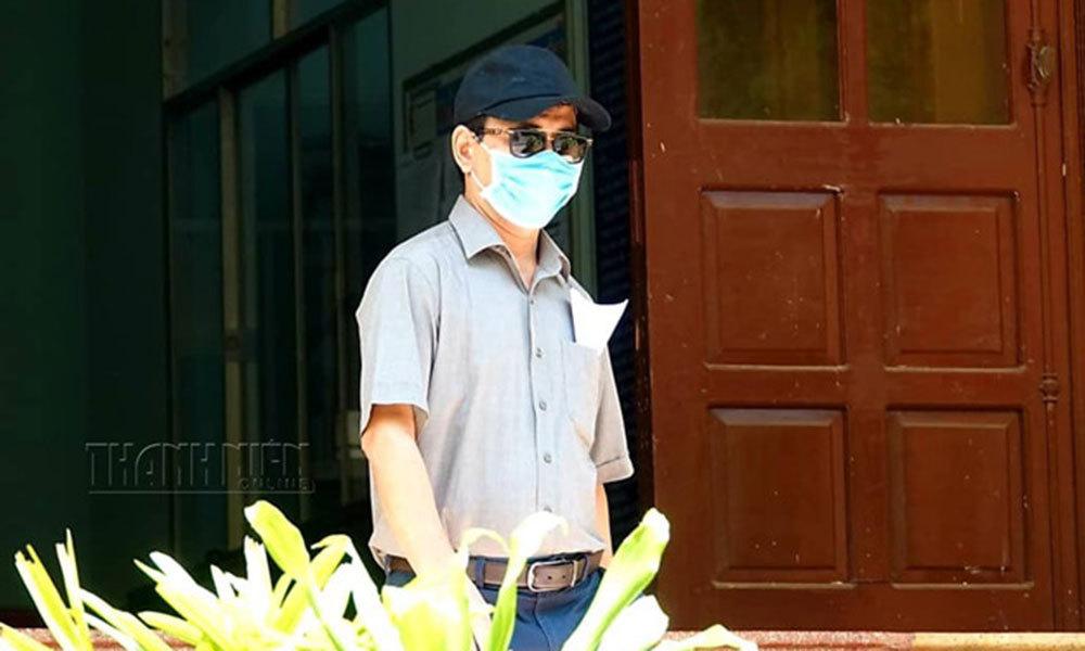 Ông Nguyễn Hữu Linh nguỵ trang kín mít khi đến tòa nhận quyết định triệu tập vụ dâm ô bé gái-1