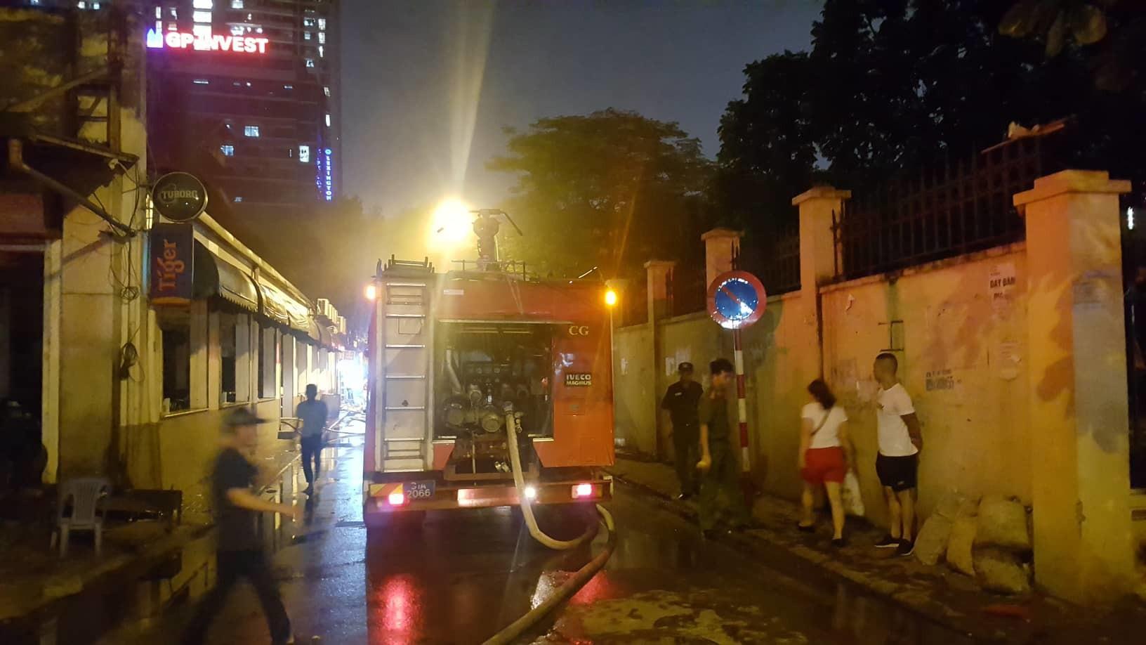 Hà Nội: Cháy quán bia hơi Hải Xồm, khách bỏ chạy tán loạn-6