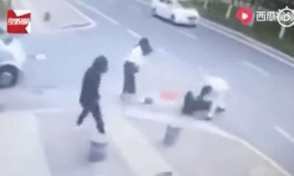 Người phụ nữ đang đi dạo tự nhiên bị một người đàn ông đâm liên tiếp giữa đường và nguyên nhân khiến mọi người tranh cãi trên MXH-2