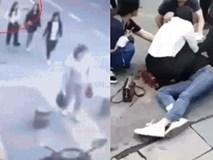Người phụ nữ đang đi dạo tự nhiên bị một người đàn ông đâm liên tiếp giữa đường và nguyên nhân khiến mọi người tranh cãi trên MXH