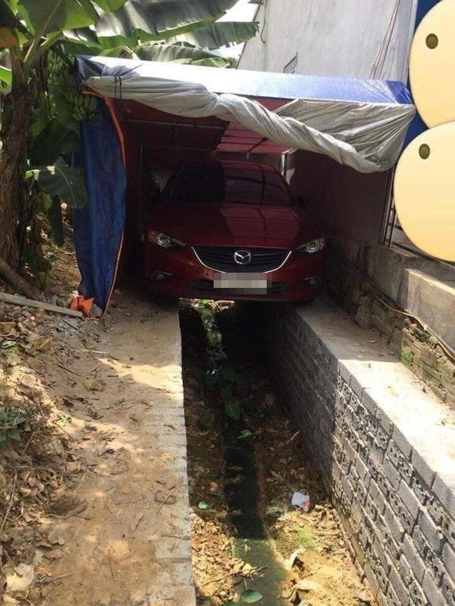 Chỗ đỗ ô tô hiểm hóc khiến dân mạng bối rối: Tài xế lùi sao mà khéo thế?-1
