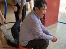 Thầy hiệu trưởng dễ thương nhất hệ mặt trời: Cho học sinh tạt nước, kéo lê dưới sàn