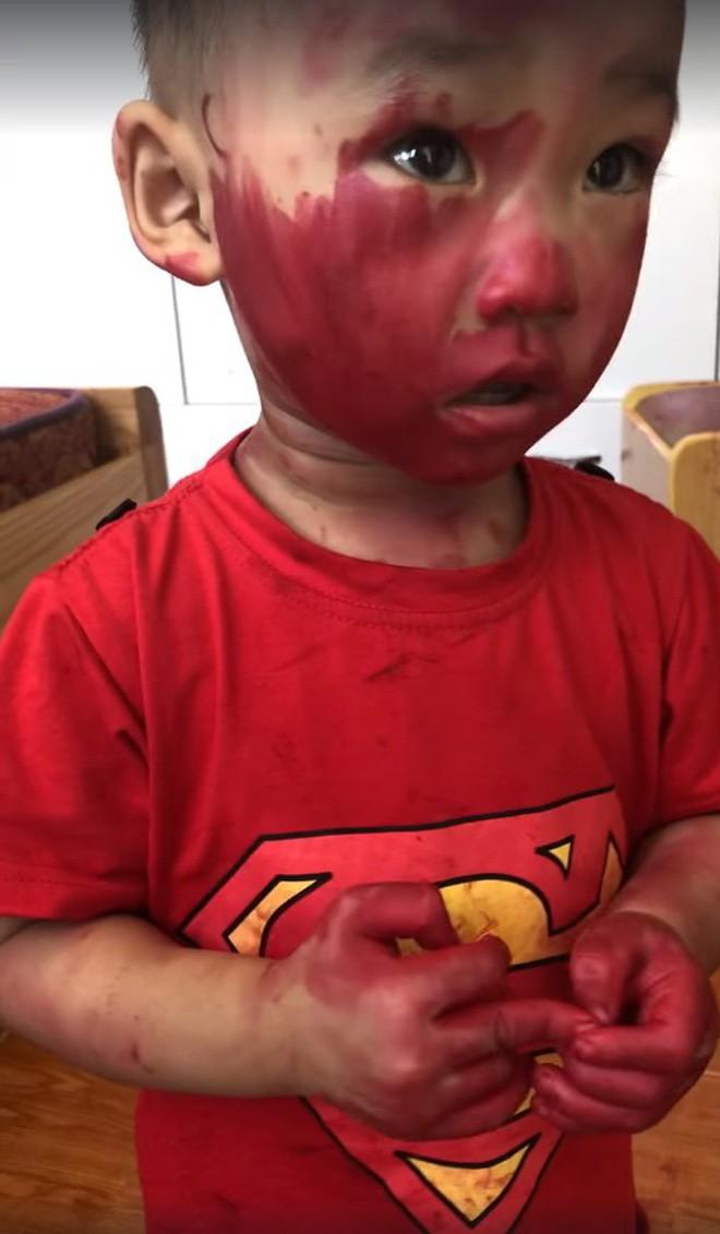 Sự im ắng khác thường trong phòng và 2 cậu con trai mặt mũi bê bết vết đỏ khiến mẹ trẻ đứng hình, cười trong nước mắt-3