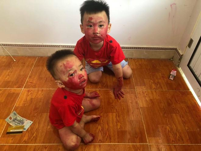 Sự im ắng khác thường trong phòng và 2 cậu con trai mặt mũi bê bết vết đỏ khiến mẹ trẻ đứng hình, cười trong nước mắt-4