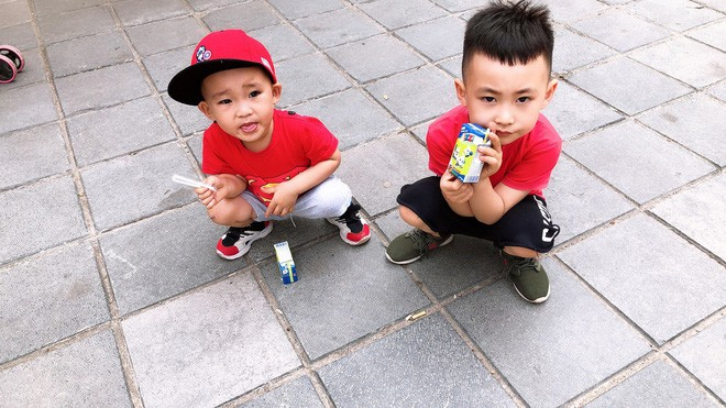 Sự im ắng khác thường trong phòng và 2 cậu con trai mặt mũi bê bết vết đỏ khiến mẹ trẻ đứng hình, cười trong nước mắt-6